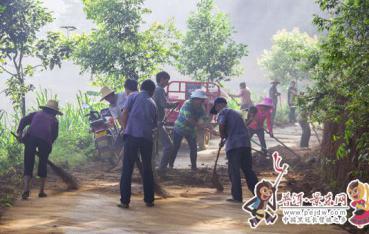曼等乡瓦窑村党群齐上阵整治环境卫生