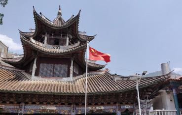 景东县:五星红旗飘扬在清真寺上空