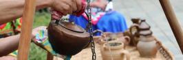 来景东火塘边喝彝家煳米罐罐香茶